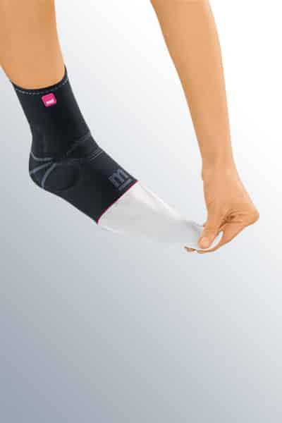 Изображение - Бандаж голеностопного сустава с силиконовой вставкой ankle-support-levamed-active-donning