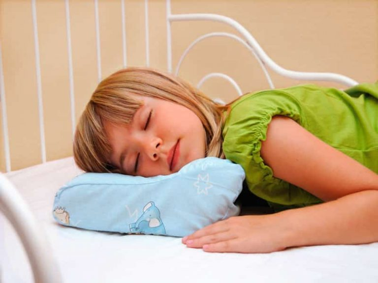 Сразу оговоримся, писать о том, что ребенок «в таком-то возрасте должен спать столько-то и столько-то», мы не будем.